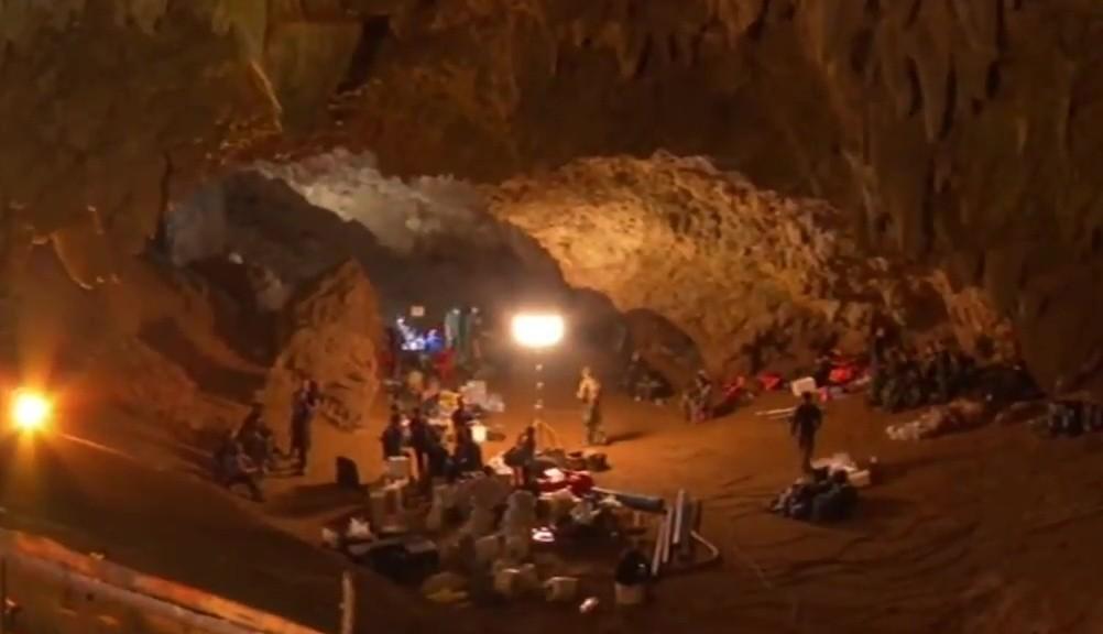 Die Vorbereitung zur Rettung der in der Höhle eingeschlossenen Jugendfußballer laufen / Foto; Wikipedia / NBT / CC-BY-SA 3.0
