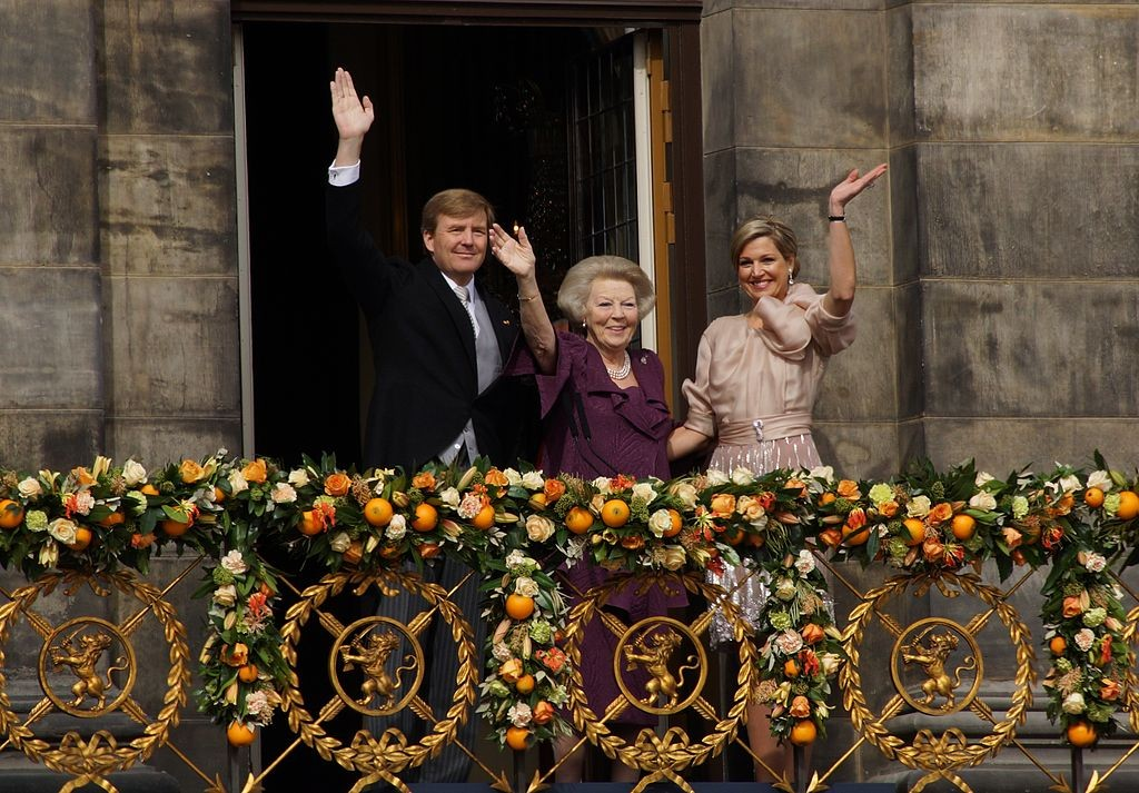 Thronwechsel am 30. April 2013: Der neue König Willem-Alexander mit Maxima und Vorgängerin Beatrix / Foto: Wikipedia / Floris Looijesteijn / CC-BY-SA 3.0 / Foto oben: Huis ten Bosch /  Ruben de Rijcke / CC-BY.SA 3.0
