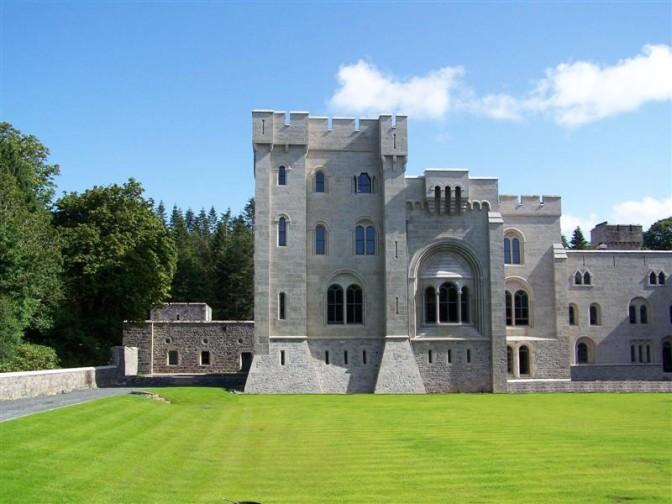 Normannische Mauern, romanische Fenster, italienische Zinnen: GoT-Drehort Gosford Castle / Bild: gemeinfrei