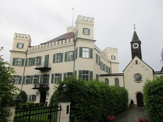 Schloss Possenhofen mit der daneben liegenden Kapelle / Foto: Wikipedia / Arnaud25 / CC-BY-sA 4.0