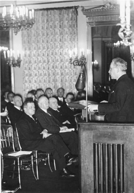 Reichsminister Paul von Eltz-Rübenach bei einer Pressekonferenz 1935/36 / Foto: Bundesarchiv, Bild 183-2005-0119-500 / CC-BY-SA 3.0
