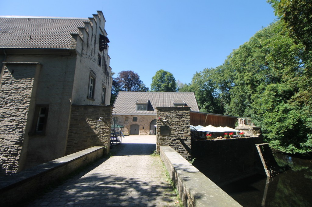 Seit dem Jahr 1800 führt eine Steinbrücke zum Schloss.