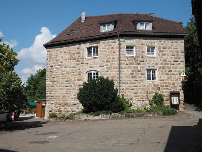 Burg Waldenstein: Buckelquader prägen das Bild / Foto: Wikipedia / Harke / CC-BY-SA 4.0 / Bild oben: Svreenshot Youtube aus dem Video von Königskinder Immobilien, Stuttgart