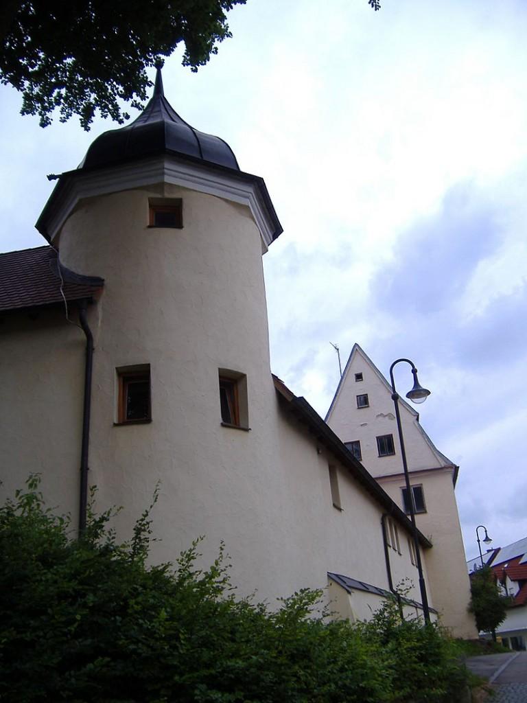 Nordseite von Schloss Emersacker mit einem der charakteristischen Zwiebeltürme / Foto: Manfi.B