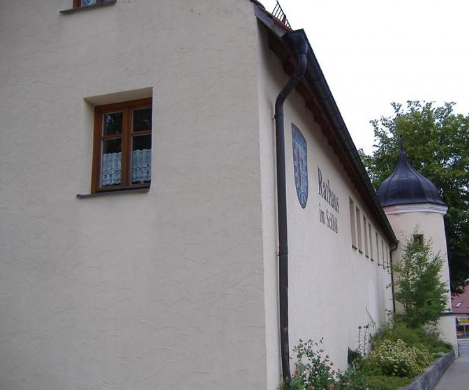 Ein Teil des Schlosses wird als Rathaus genutzt. Dieser Bereich wurde gerettet. Foto: Wikipedia / Manfi.B / CC-BY-SA 3.0