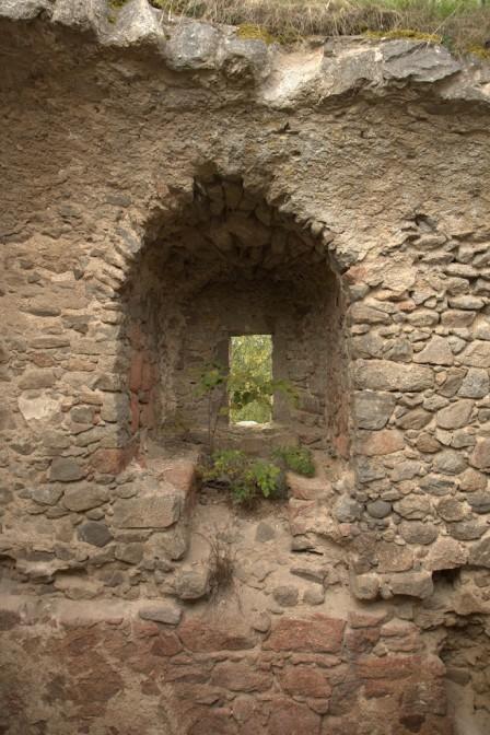Dicke Mauern der einstigen Raubritterburg Lobenstein blieben erhalten / Bild: gemeinfrei