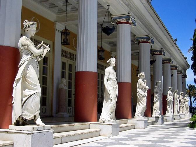 Terrasse des Achilleion mit Musen-Skukpturen / Foto: Wikipedia / Thomas Schoch / CC-BY-SA 3.0