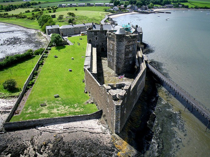 "Castle Blackness doubelt bei ""Maria Stuart"" Holyrood Palace / Foto: Wikipedia / Dr John Wells / CC-BY-SA 3.0"