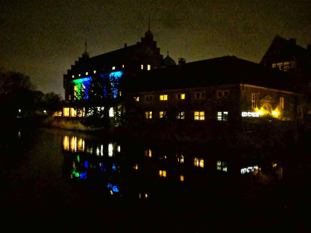 Nachts ist Schloss Wittringen beleuchtet / Foto: Burgerbe.de / Foto oben: Foto: Wikipedia / Marcel Reidock / CC-BY-SA 4.0