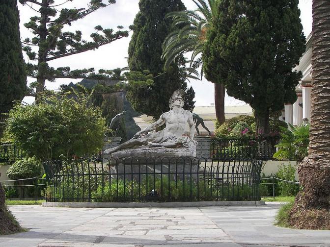 Im Achilleion-Garten: Der sterbende Achill. Foto: Wikipedia / Tasoskessaris / CC-BY-SA 3.0