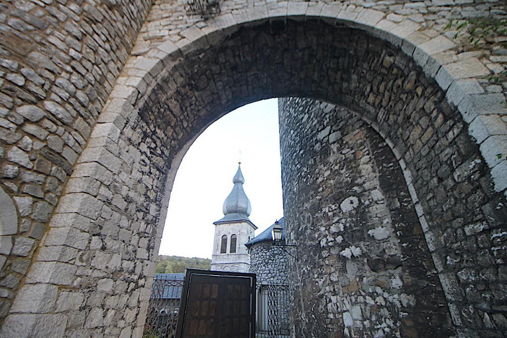 Durch diverse Tore geht's zur Burg